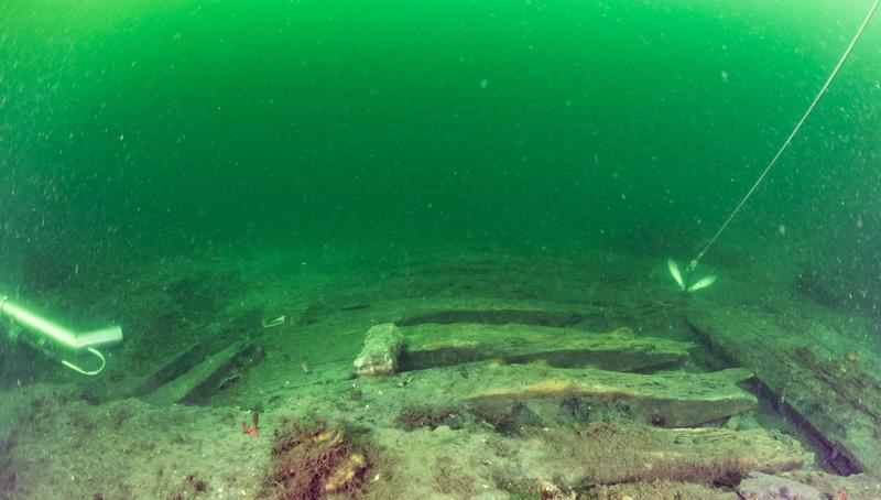 Skipsvraket Svinør 7 på havbunnen. Deler av skipsside frilagt for prøvetaking.