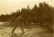Menn i gang med fløtinga ved Kvarnstrandfossen. Nærmest kamera: Olaf O. Flermoen (1/1 1880, Akerhaug, til USA).