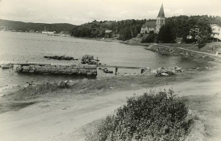"""Enligt Bengt Lundins noteringar: """"Lyckorna med Ljungs kyrka. Strandpromenaden""""."""