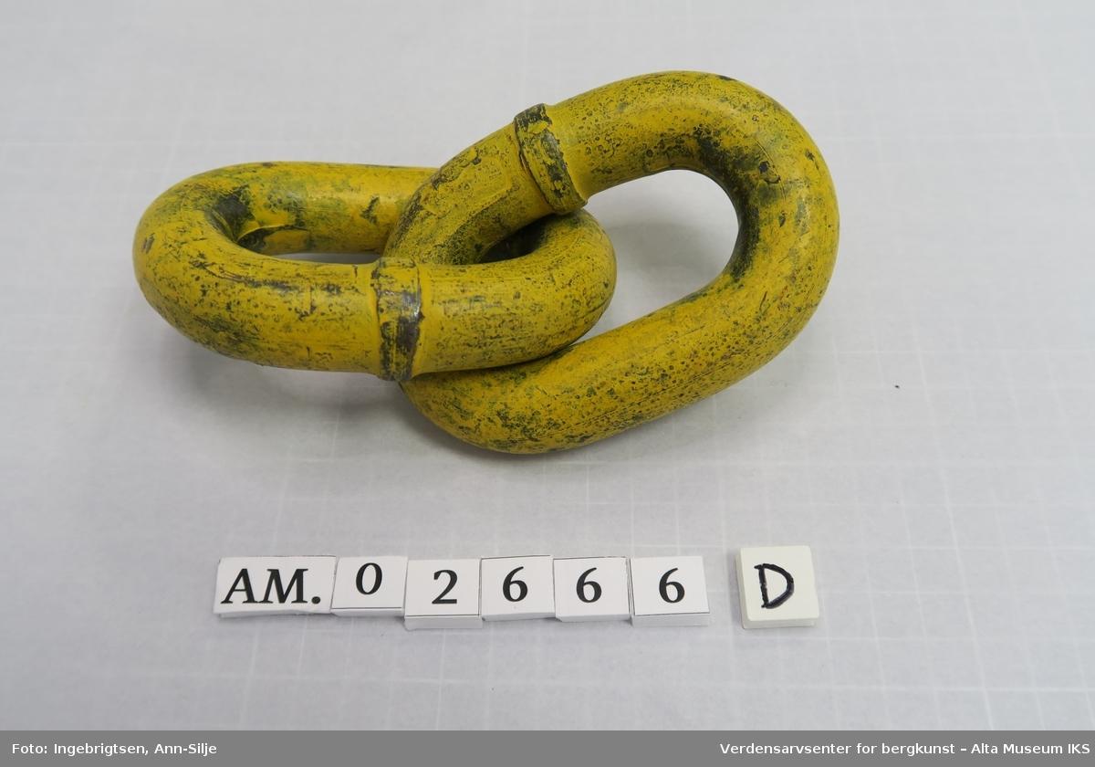 To store jernhåndklaver til å ha armer inn i, tau med løkke i endene og to kjettingledd.