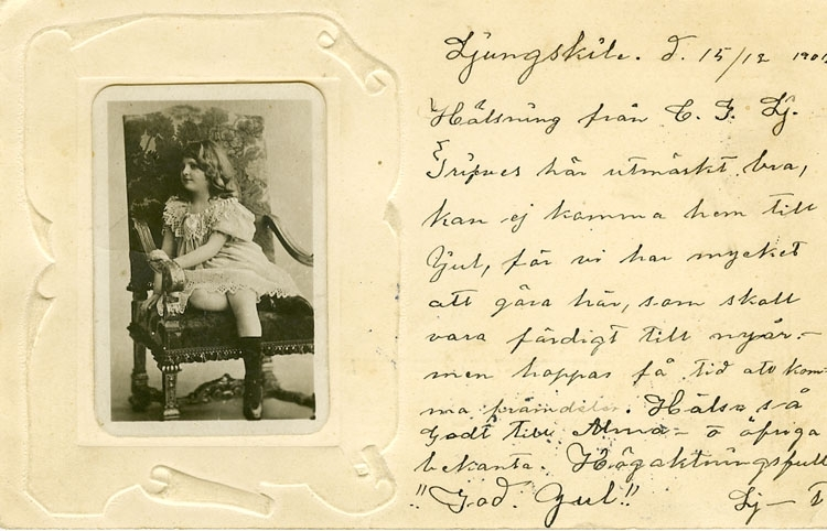 """Enligt Bengt Lundins noteringar: """"Flicka sittande i karmstol. (Klistrat foto)""""."""