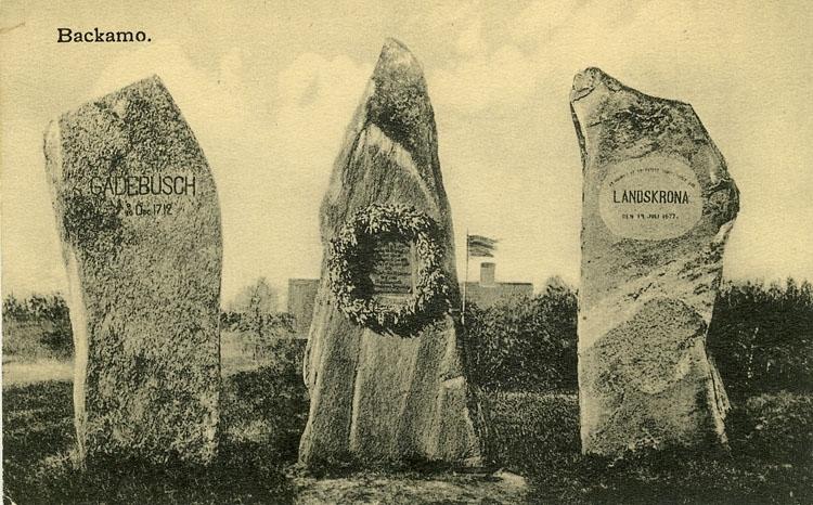"""Enligt Bengt Lundins noteringar: """"Minnesstenar Gardebusch1712, Svensksund 1790, Landskrona 1677""""."""