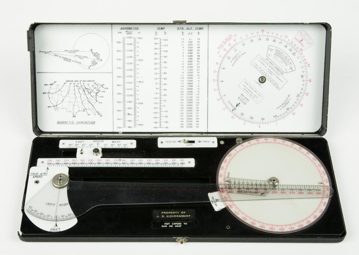 Navigeringsinstrument monterad i ask. I asken förvaras även en linjal samt 4 st navigeringsskivor.