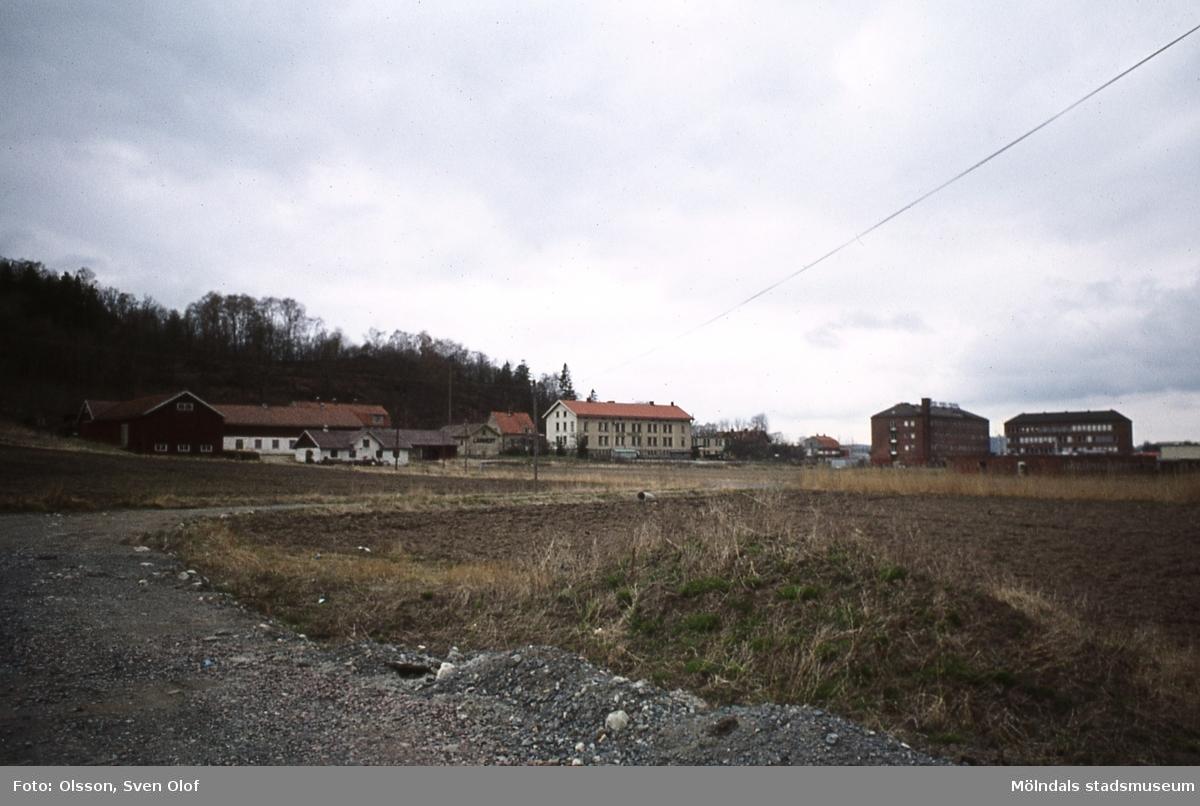 Kärra Hökegård i Mölndal, år 1973. Kärra Hökegård var ålderdomshem mellan 1895 och 1951. Gården köptes av Leon Andréns Väskfabrik som nyttjade den tills den köptes tillbaka av kommunen och revs.