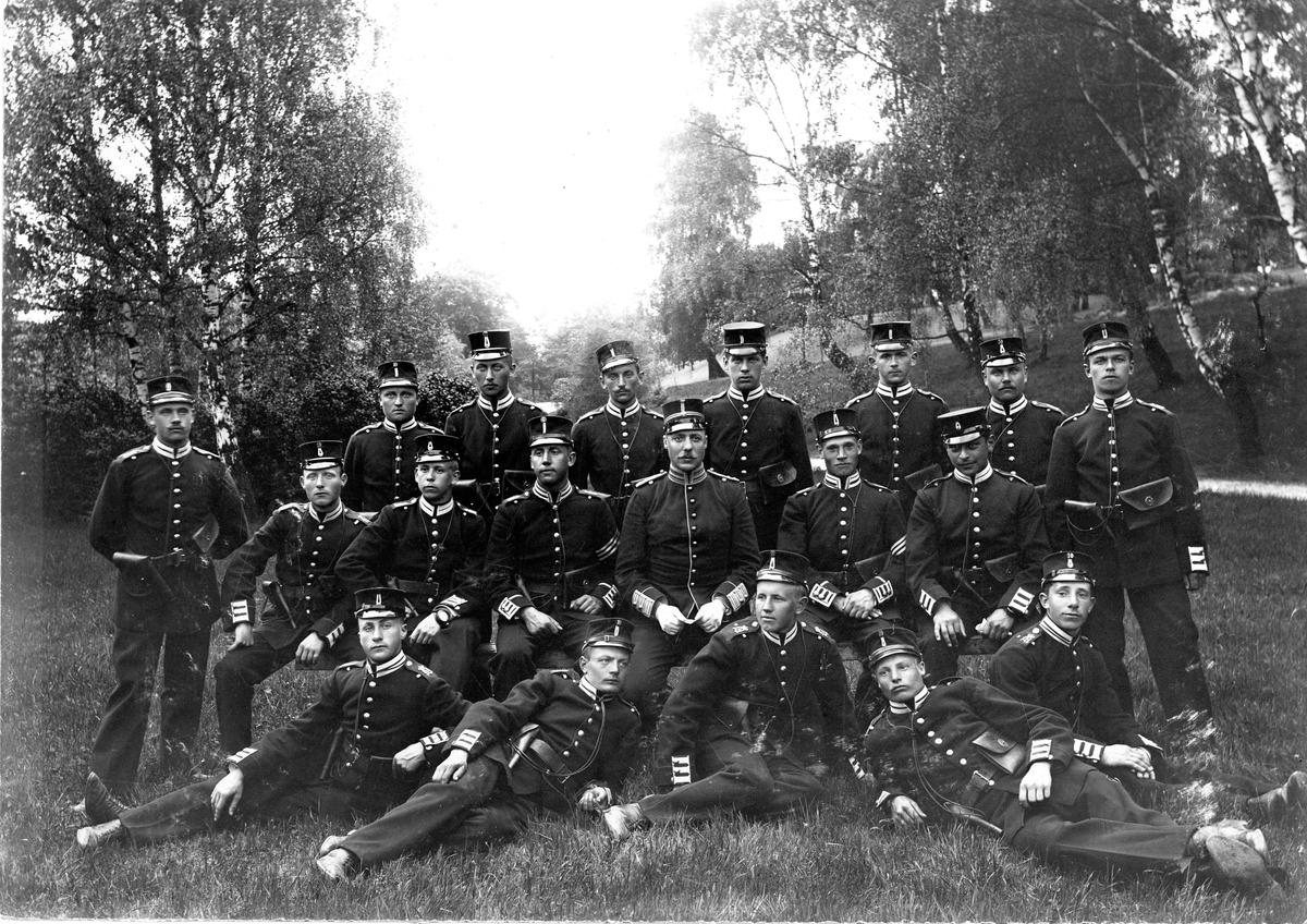 Grupporträtt av soldater vid Svea livgarde I 1 före 1907.