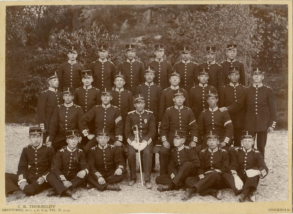 Grupporträtt av soldater vid Svea livgarde I 1 omkring 1900.