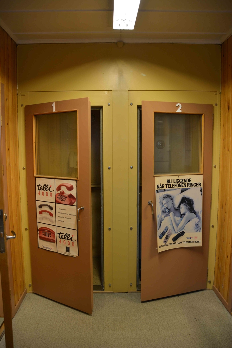Karasjok manuelle  telefonsentralen ligger i et samisktalende område og hadde to manuelle sentralbord med tolketjeneste for norsk og samisk. Linjene gikk til samiske vinterboplasser. Sentralen var den siste offentlige manuelle sentral som var i drift i Norge. Hele sentralen var intakt ved nedleggelsen i 1993. Karasjok manuelle sentral ligger i en bygning av tre. Ved siden av, men med adskilt inngang er det bevart en tjenestemannsleilighet fra midten av 1960-årene.