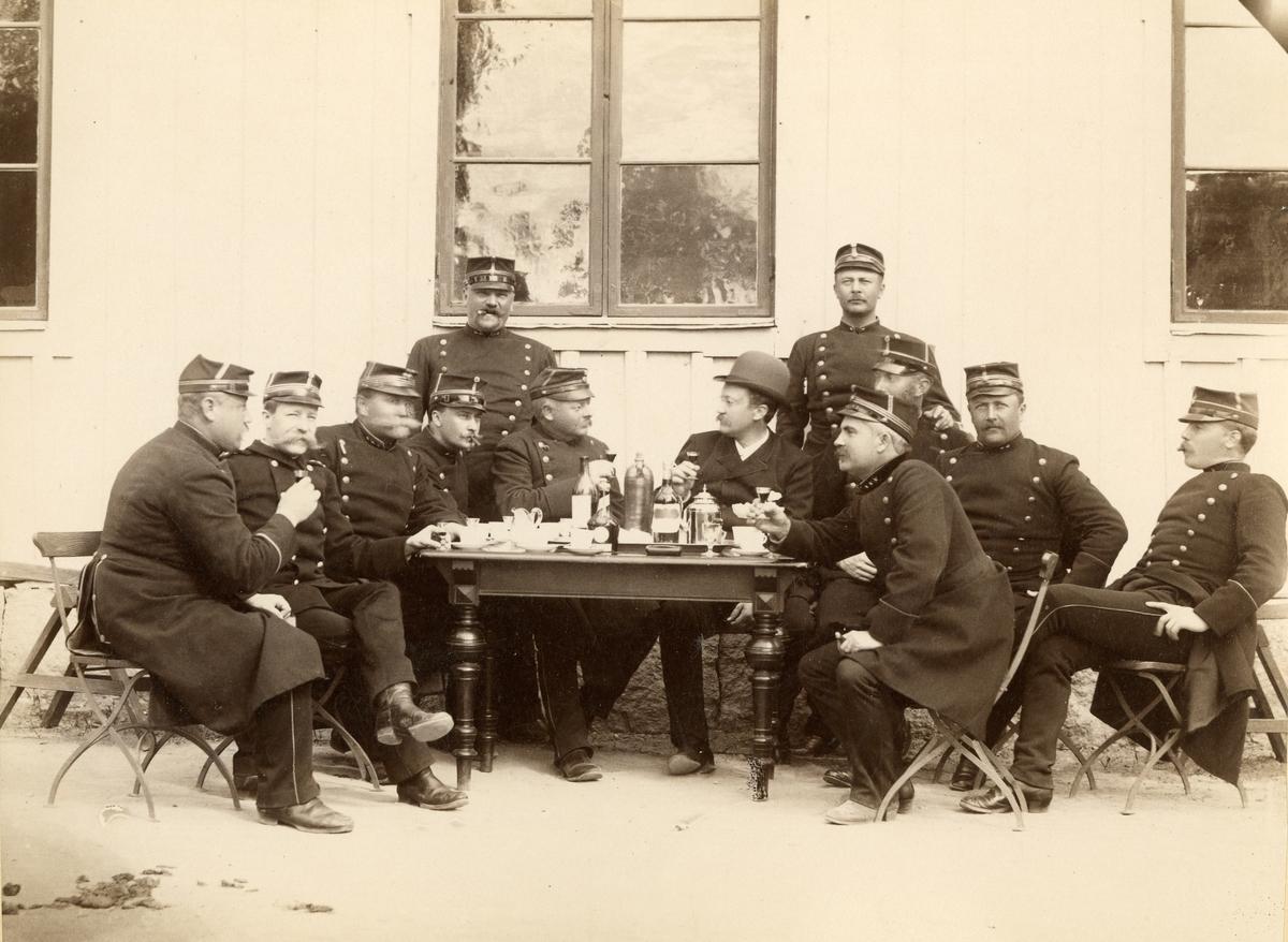 Officerare sitter vid bordet och dricker kaffe.