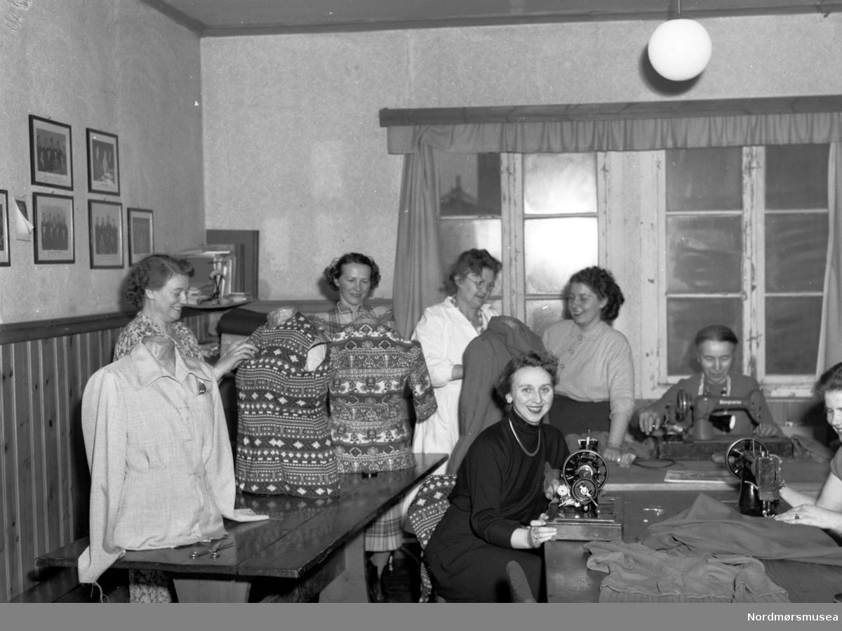 Kvinner i en systue. Fra Nordmøre museum sin fotosamling, Williamsarkivet. EFR2015