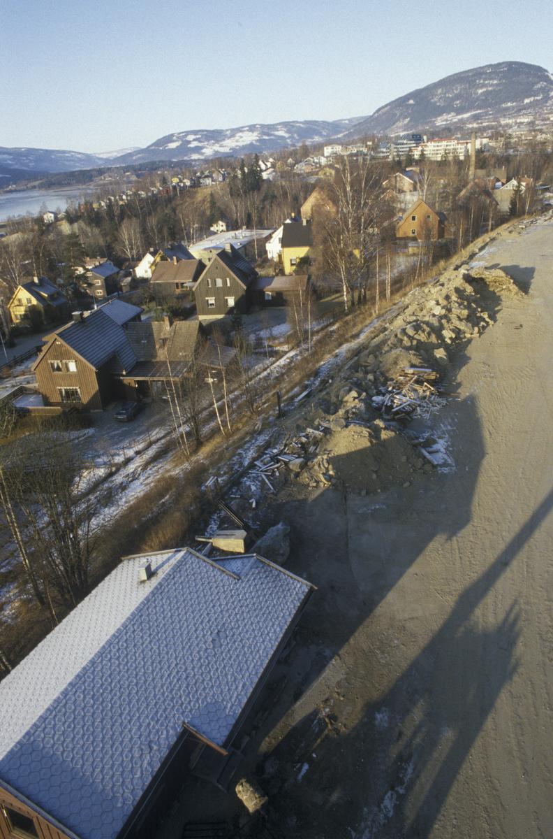 Lillehammer, nedre bydel, bebyggelse ved Morterudvegen, mot nordvest, der Mesnadalsarmen kommer. Foto fra kran sør for Linjegods