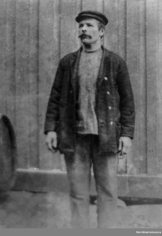 portrett av en mann, arbeidskar, bart, arbeidsklær. anonym. Kristiansund. Nordmøre museums fotosamling.