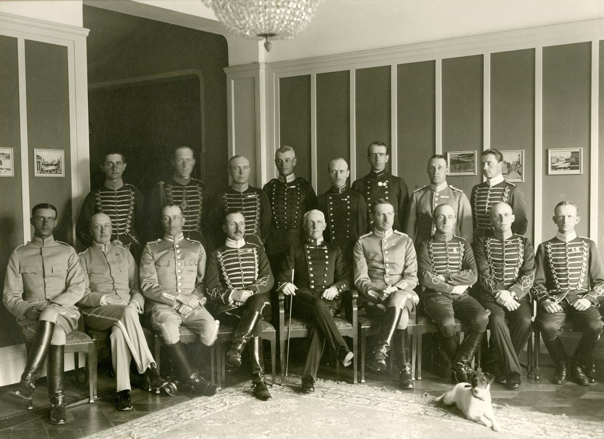 Grupporträtt av officerare vid Skaraborgs regemente I 9 med kavalleri och artillerikollegor, Skövde 1925-1930. För namn, se bild nr. 3.