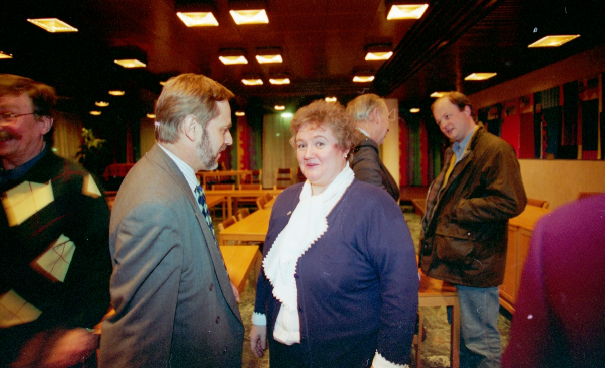 Nominasjonsmøte i Oppegård Høyre. Finn Thorsen (mann i briller og rød skjorte) Høyre-leder Jan Petersen gratulerer ordførerkandidat Sylvi Graham og andrekandidat Rune Stureson (i rullestol).