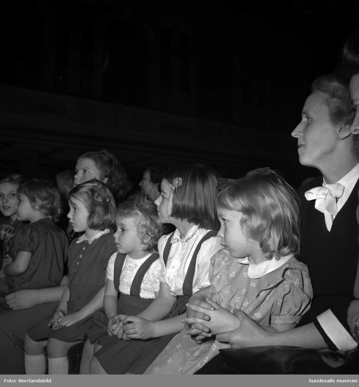 Förväntansfulla barn på trollfest i Stadshussalongen.