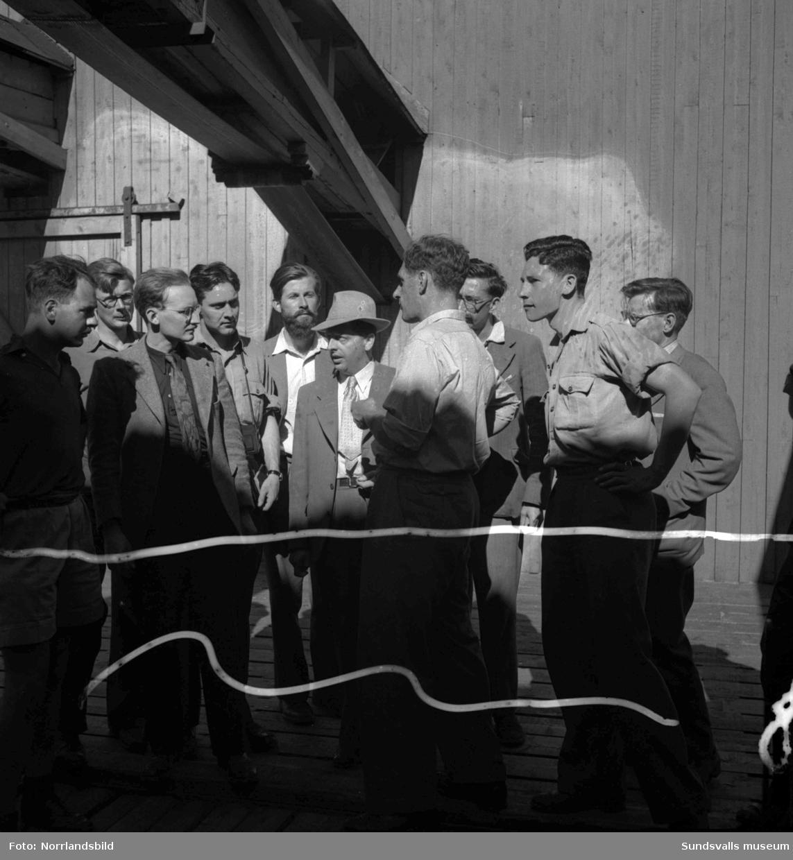 Oxfordstudenter på besök i Sundsvall. Bilder från besök på ett sågverk samt vid centralstationen.