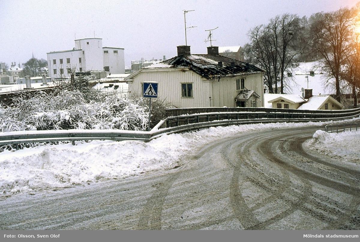 Ett hus inne på pappersbruket Papyrus fabriksområde har brunnit. En man brann inne. Efter något år revs huset. Vy från Norra Forsåkersgatan i Mölndal i januari 2002.