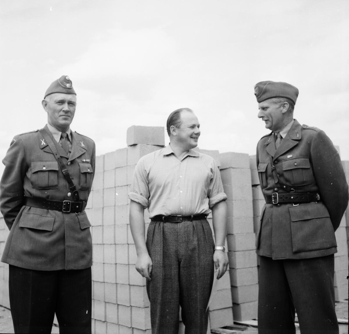Livräddare Erik Persson får diplom. Landshövding John Lingman Arbrå 10/8 1959