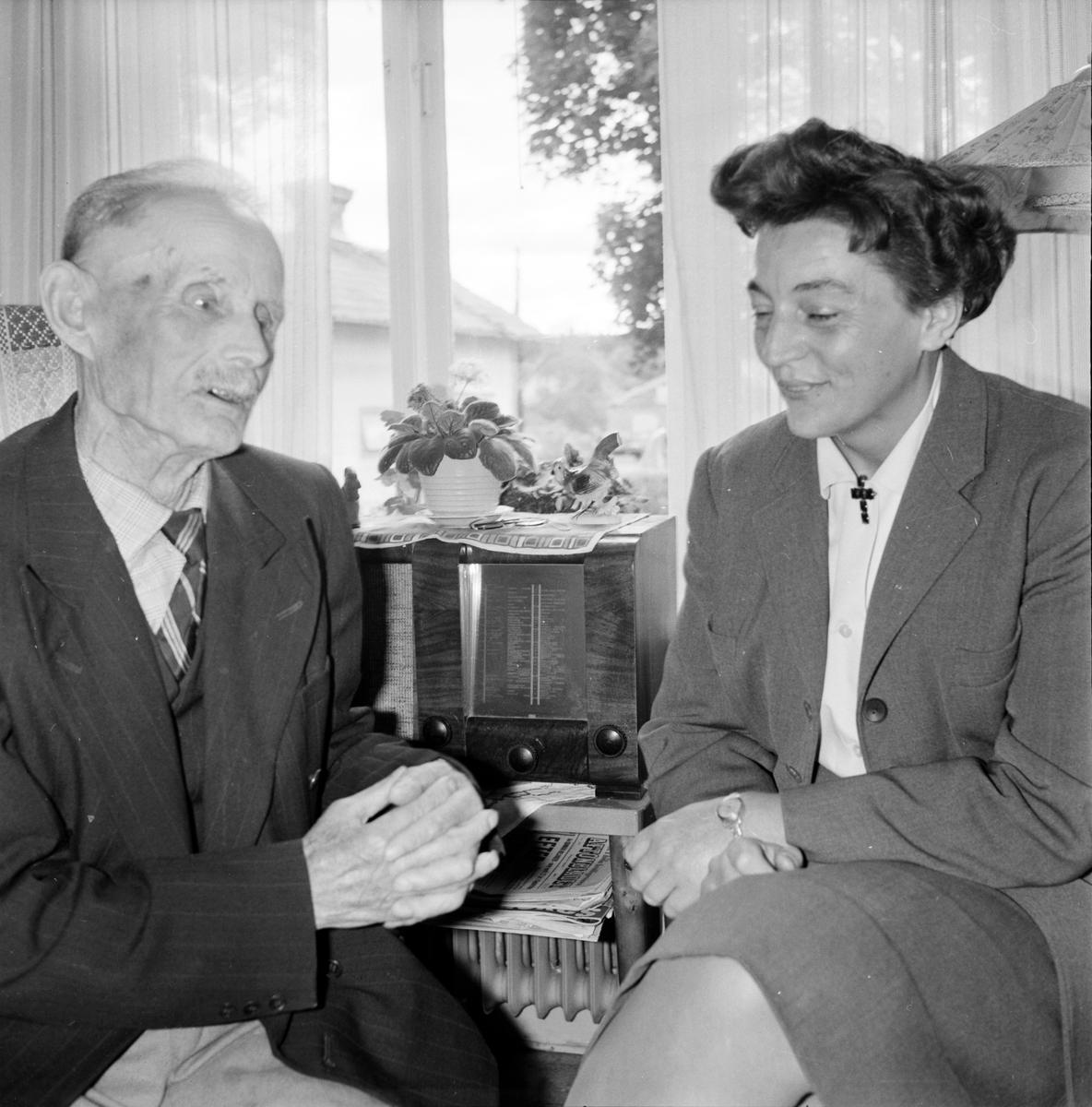 Säversta, Diakonissan syster Svea Karlsson besöker gamle Olof Dahlberg, 8 September 1966