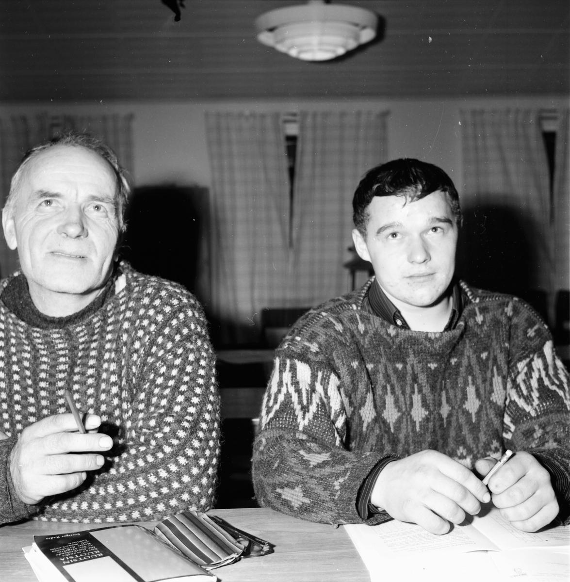 Ramsjö. Finska skogsarbetare läser svenska. Fru Miriam Vikner. 16/11-1965