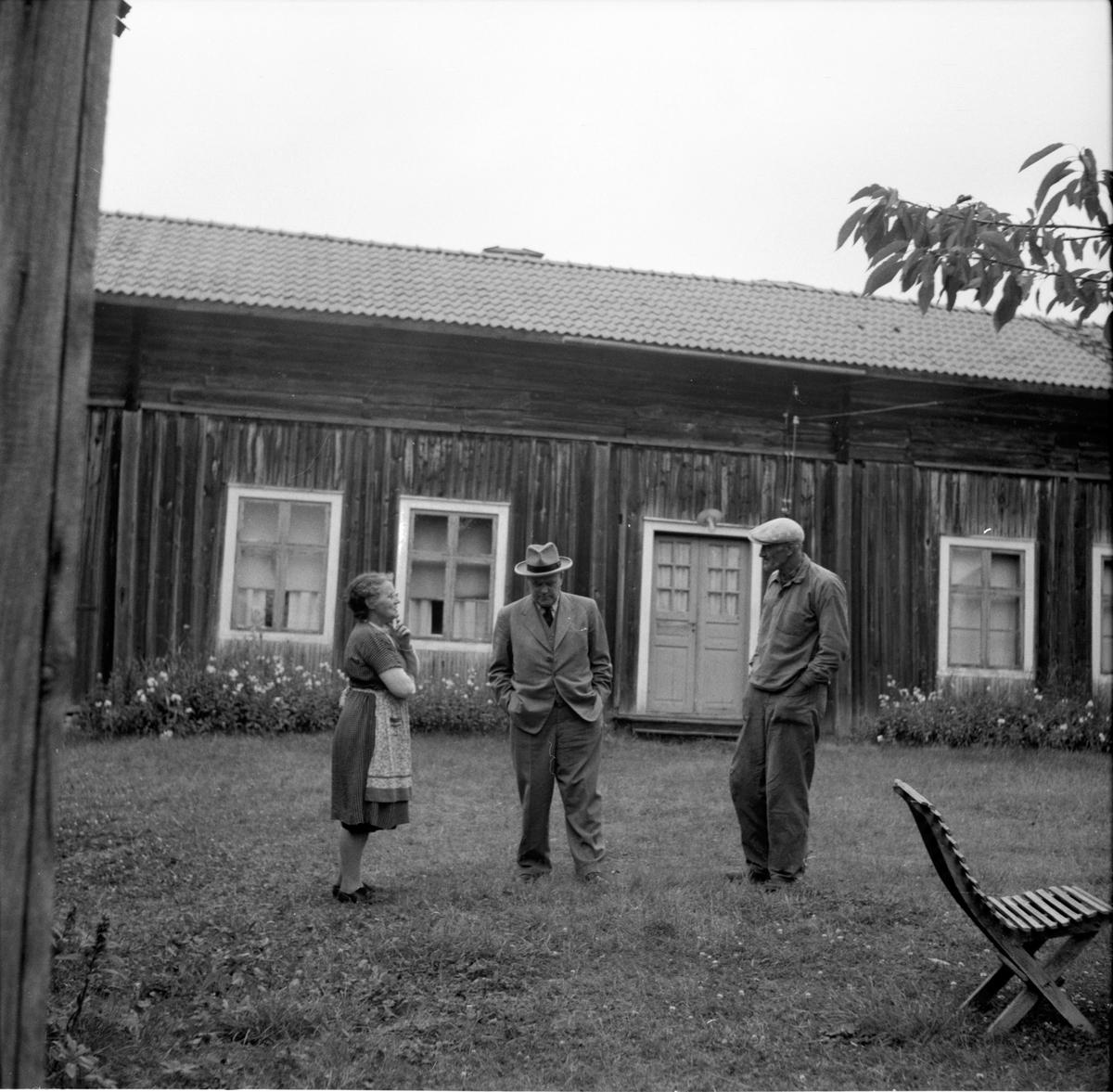 Kvinnan till vänster är Ingeborg Mickelsson (född Svensson) och mannen till höger är Hans Mickelsson. Norrala, Skärså, Sund på 1960-talet.