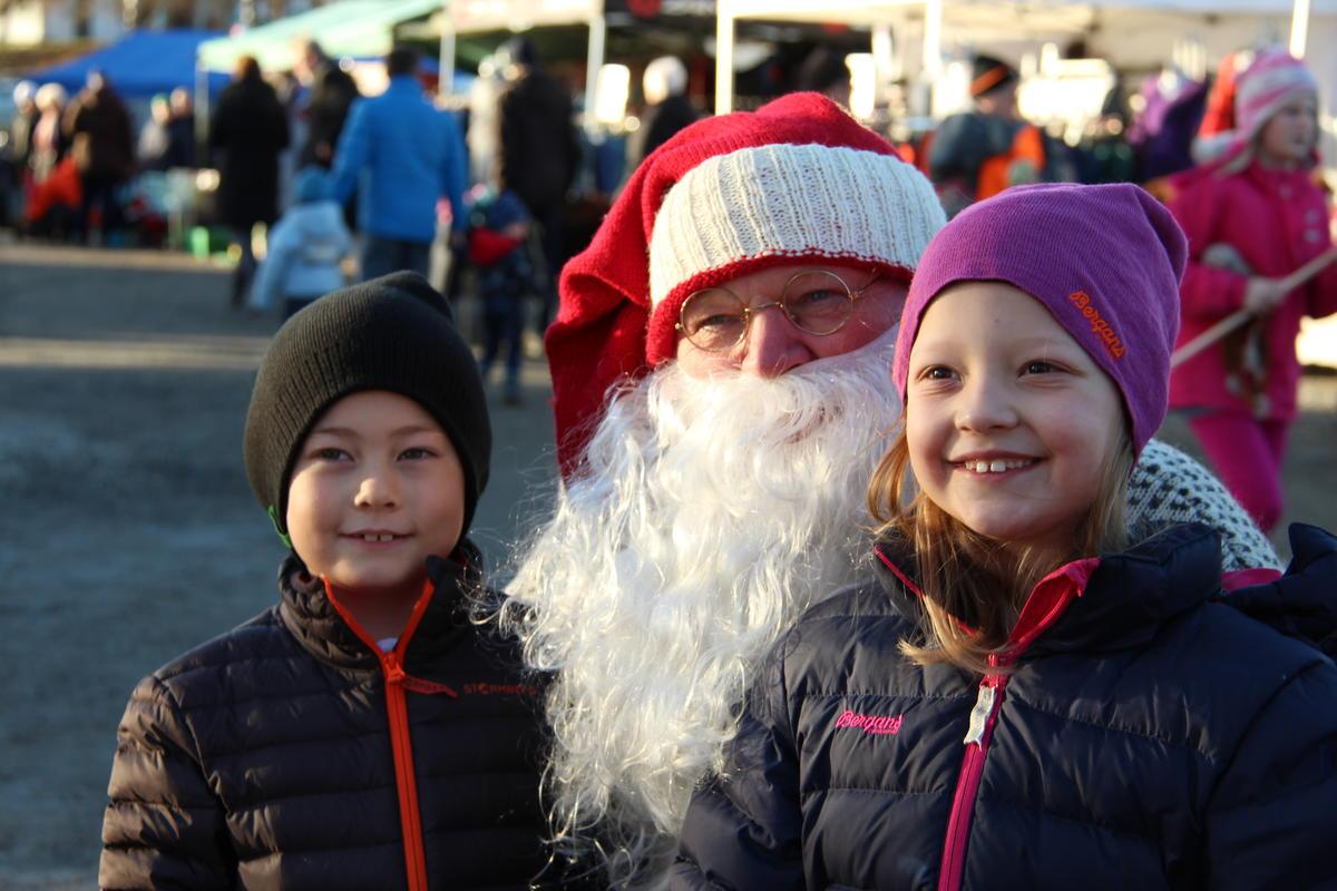 Julenissen snakker med barna på julemarkedet