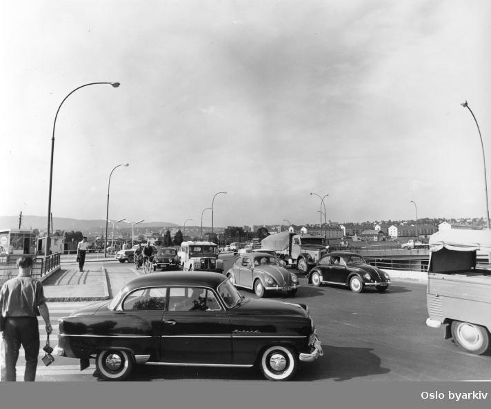 Bilen nærmest er en Opel Rekord 1955-56.