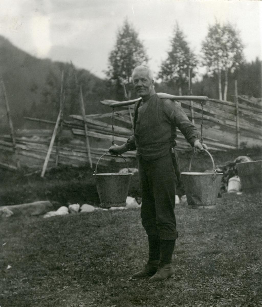 Knut Knutsen ber vatn.