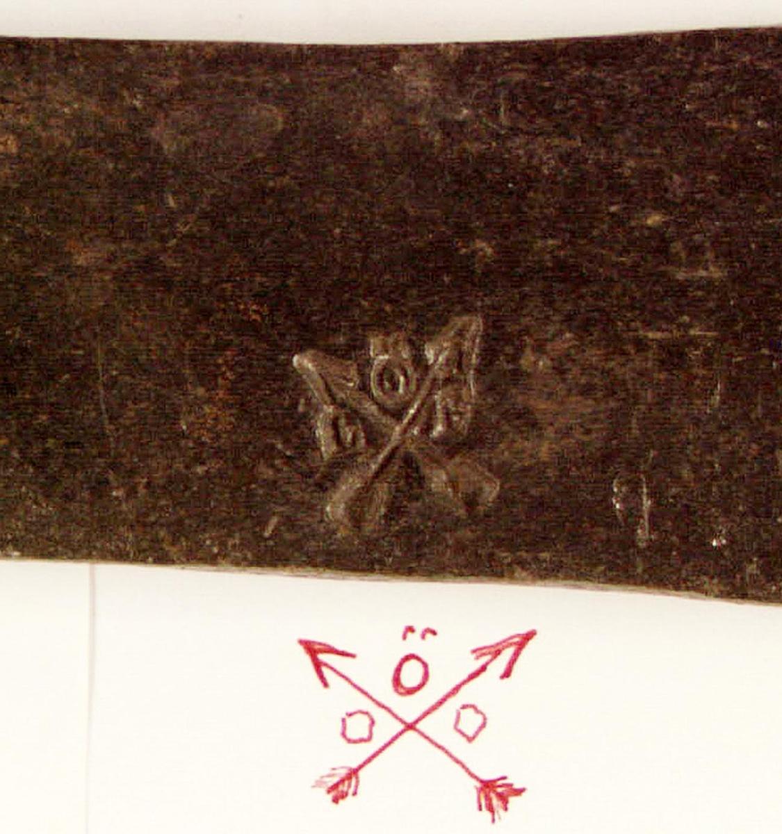 Bit av stångjärn från Lindesnäs hammarsmedja i Nås, Dalarna. Försedd med stämpel i form av korslagda pilar med ett Ö i övre korset. Försedd med litet utstansat och fyrkantigt hål.