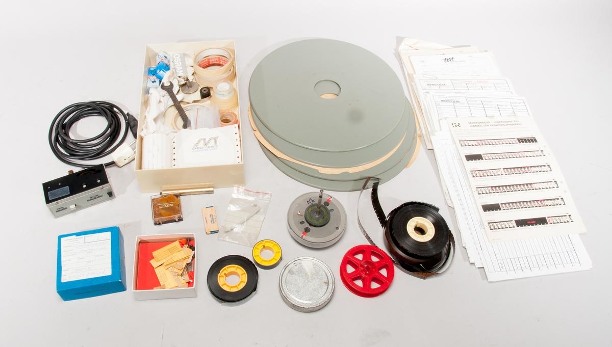 Klippbord för film, med sex tallrikar. Påbyggnad med läshuvud för magnetfilm. Reservdelar; extra räkneverk, lampor, mm. Utrustning för filmklippning; markeringspennor, tejp, klisterlappar, bomullsvantar, rakblad. Rullar med film och magnetfilm.