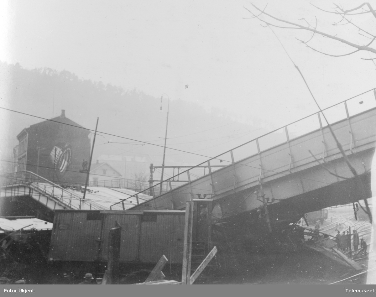 Sammenstyrtning av broen over jernbanen i Oslogate, sett mot Ekeberg