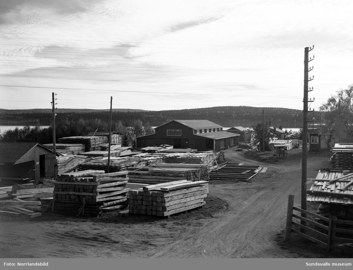 Medelpads skogsägarförenings sågverk i Bergsåker. Exteriör- och interiörbilder med personal i arbete.