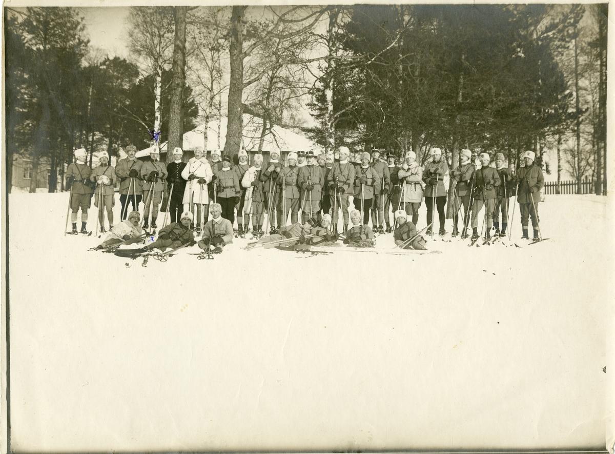 Grupporträtt av officerare på skidor 1910-tal.