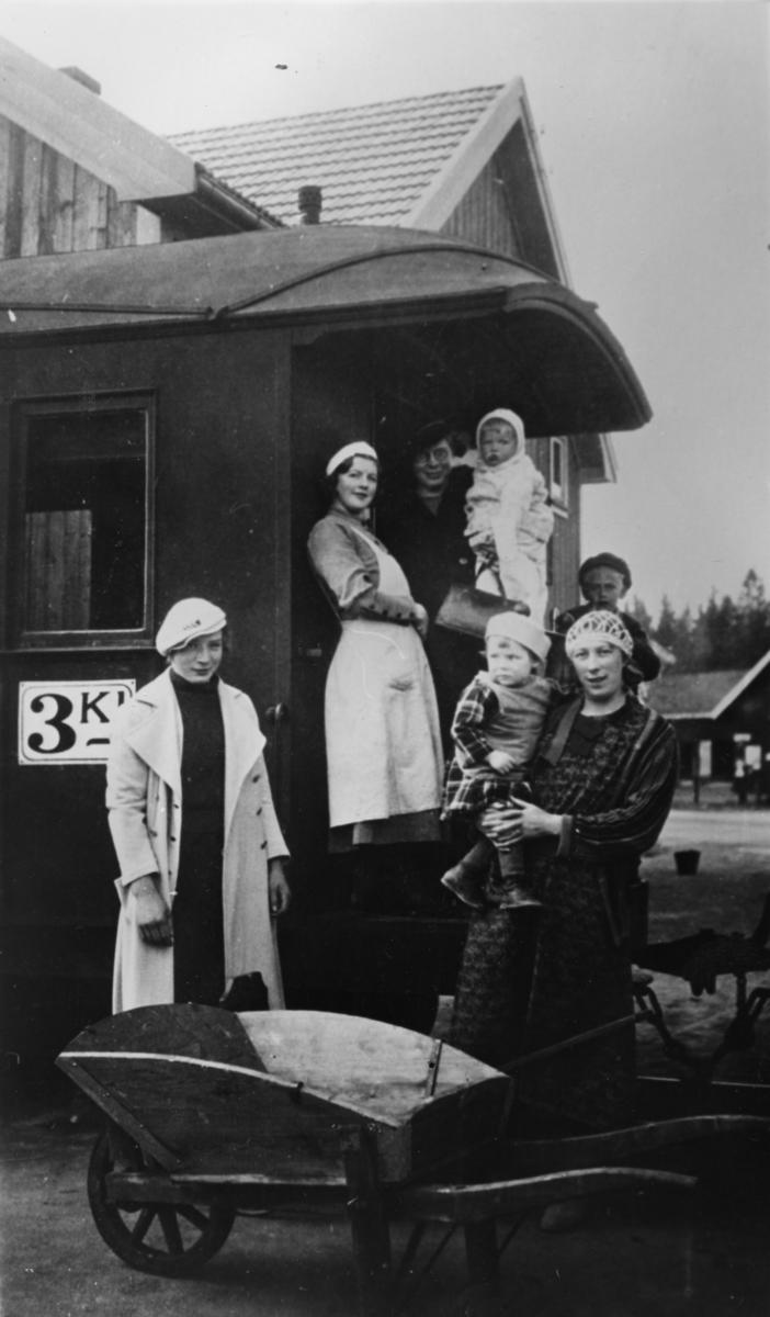 Reisefølge går ombord på Urskog-Hølandsbanens tog på Finstadbru stasjon.