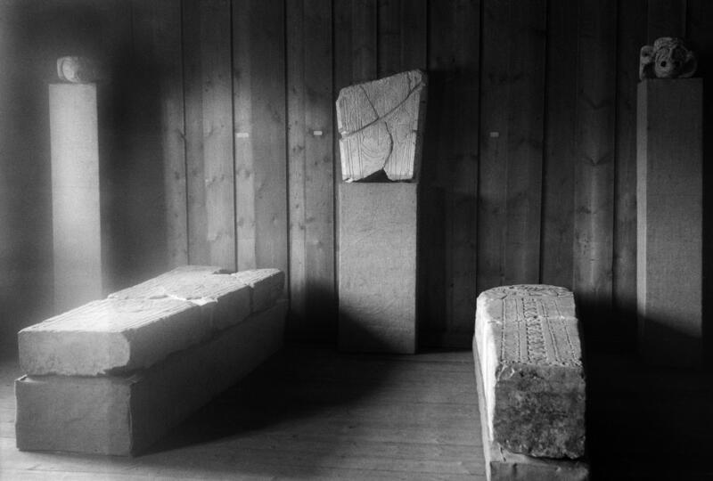 De tre gravsteinene fra da de sto utstilt i Løtenbygningen på 1930-tallet.