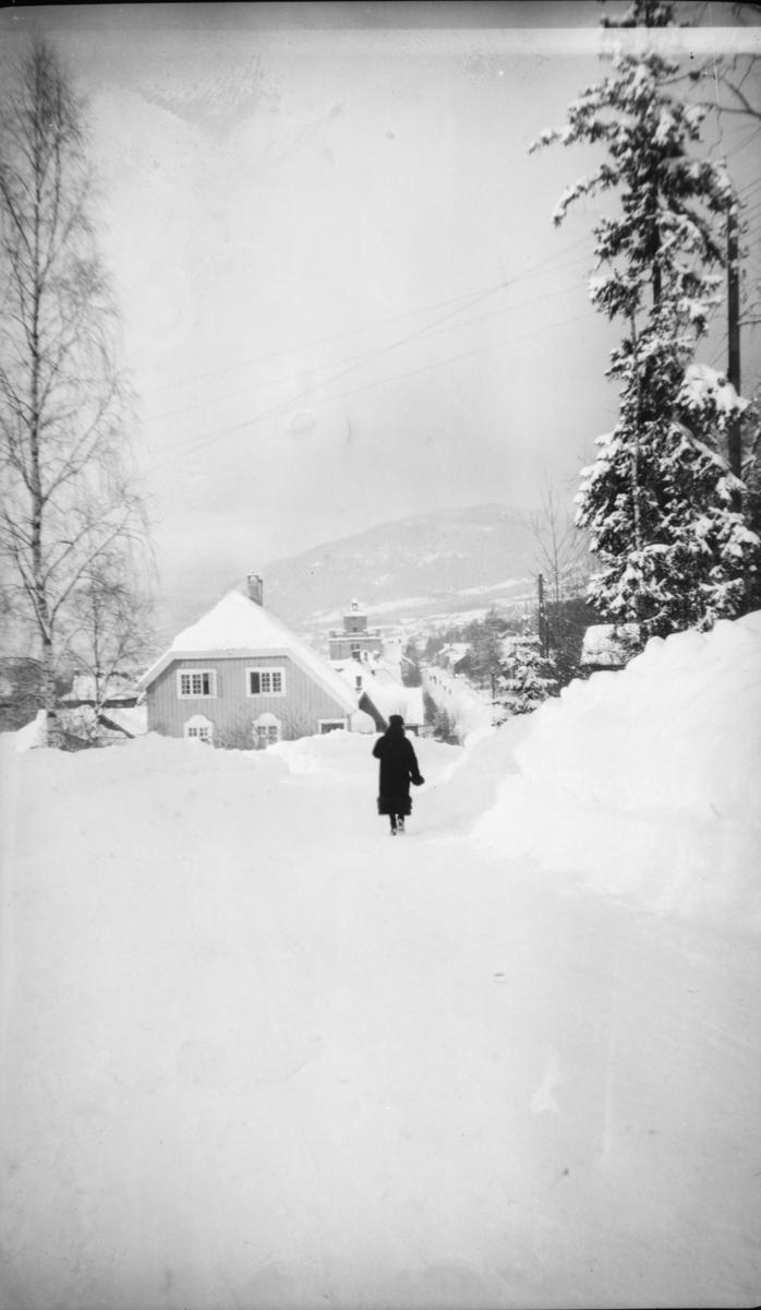 Vinter. Gatebilde fra Lillehammer. Messenlivegen/(Øvre gate) Anders Sandvigsgate.
