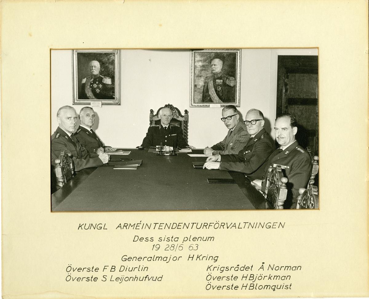Grupporträtt av officerare från Arméintendenturförvaltningen. Förvaltningens sista plenum den 19-28 juni 1963. För namn, se bild nr. 2.