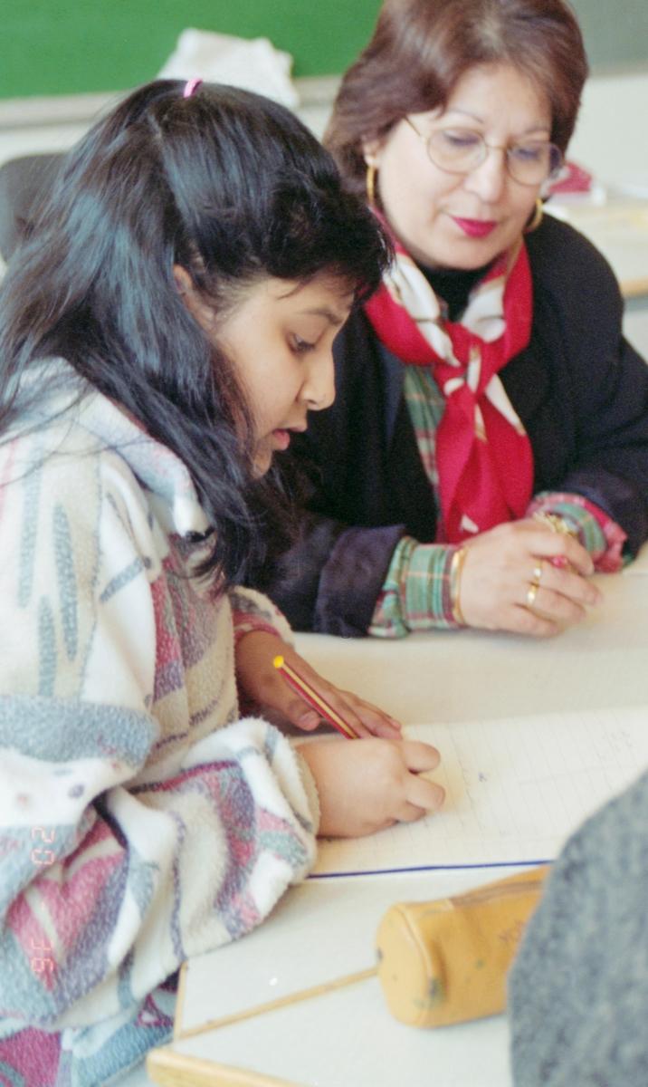 Morsmål-undervisning på urdu. Gruppebilde av fire jenter, to gutter og en lærer.