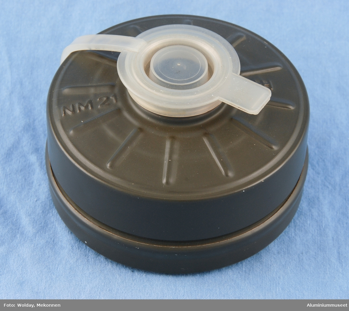 Teknikk: Boks, lokk, støtte for silplate, to stk.silplater og støtte for papirfilter ble utstanset i ett trekk fra prelakkerte bånd. Form: Sylindrisk form