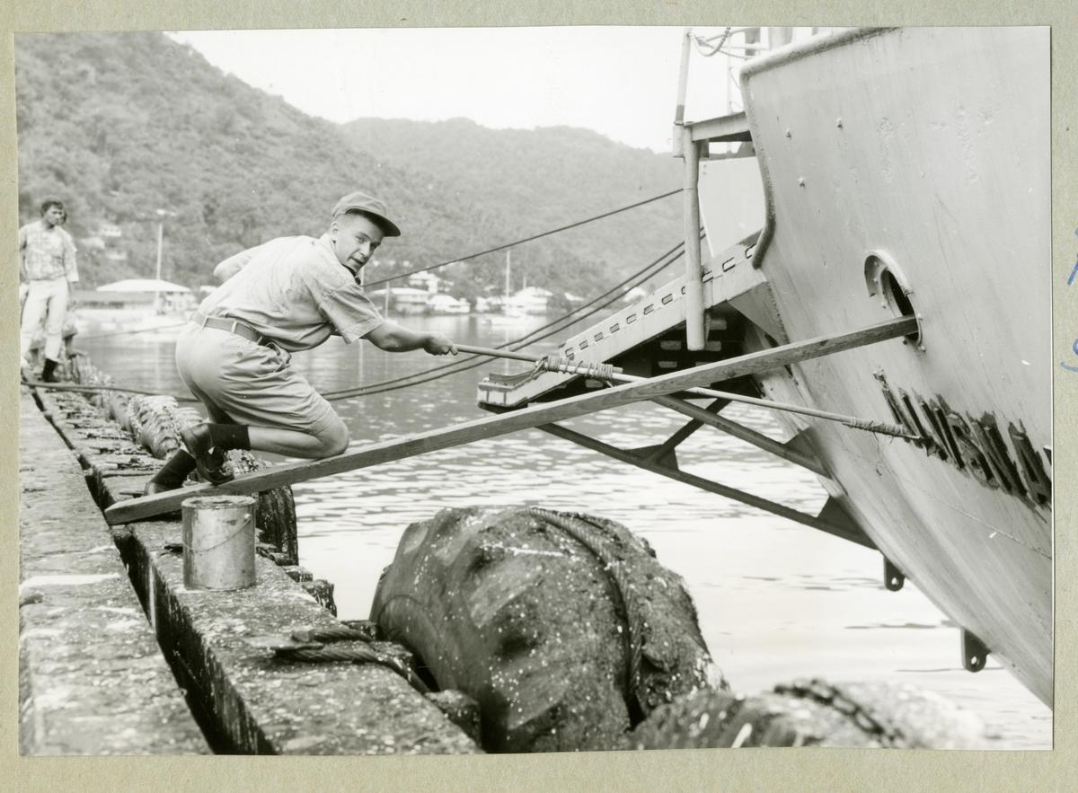 Bilden föreställer en man som vårdar minfartyget Älvsnabben under långresan 1966-1967.