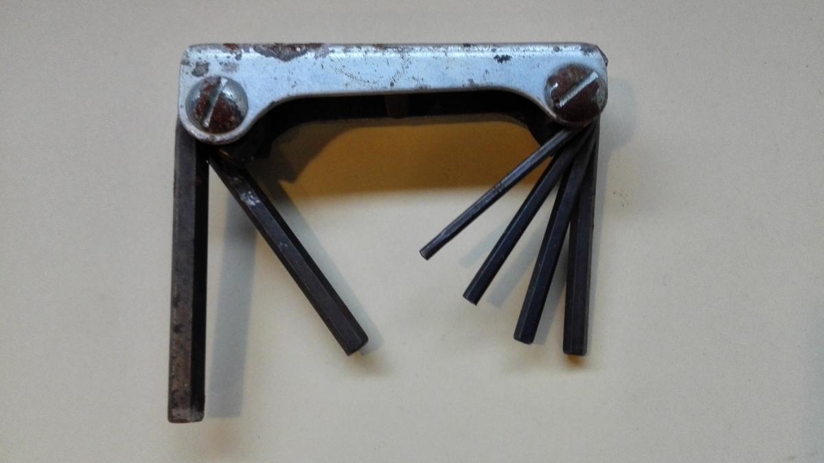 Umbrakonøkkelsett i jarn, med seks nøklar i ulik storleik. Nøklane er festa i jarnhandak med skruer, slik at del seg vri inn og ut.