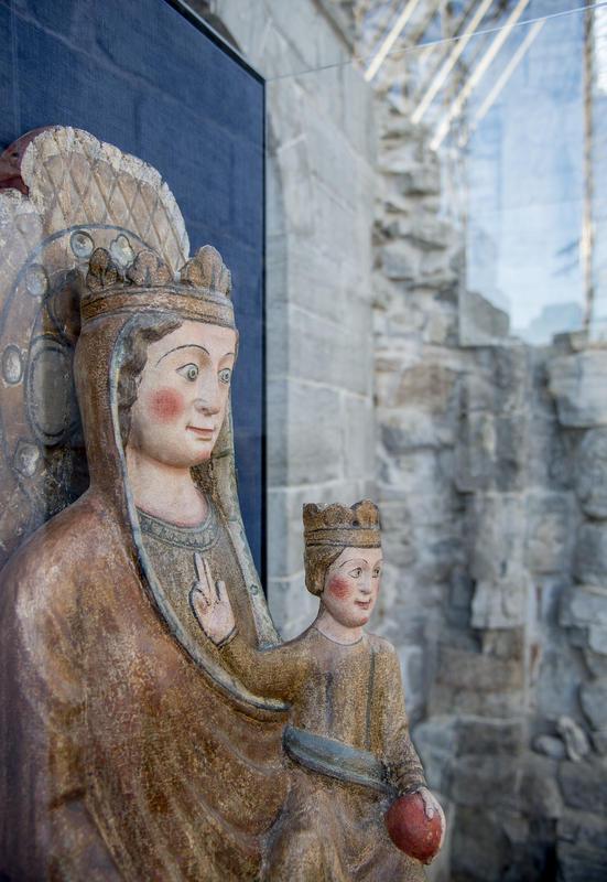 Fra Vallset kirke har vi fått låne denne vakre og godt bevarte statuen av Madonna med barnet fra 1200-tallet.