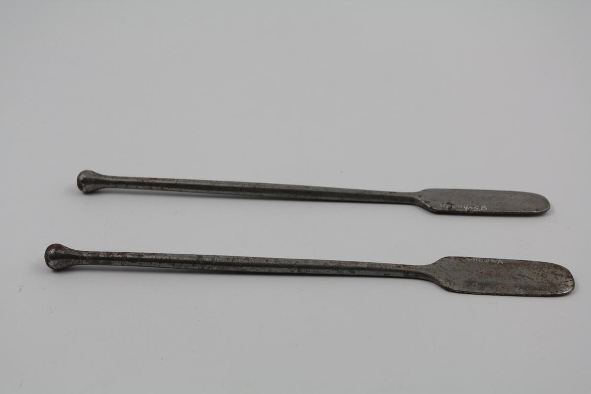2 stk. spatler av metall, stål. Et blad. Brukt til salveproduksjon.