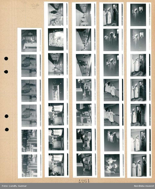 Motiv: (ingen anteckning) ; Interiör med ett Luciatåg står i trapphuset i ett hyreshu och en man i morgonrock står i en dörröppning, ett Luciatåg går i en trappa, porträtt av en Lucia och två tärnor, människor på perrongen på en tunnelbanestation med ett tunnelbanetåg, passagerare på ett tunnelbanetåg, ett skyltfönster nattbild med bilar på en bensinstation, interiör med ett uppdukat bord med mat, en kvinna tittar på ett uppdukat bord.  Motiv: (ingen anteckning) ; Interiör med ett uppdukat bord med mat, interiör av en kyrka med en präst som predikar från en predikstol, en grupp barn troligen scouter som lyssnar till en vuxen i en kyrka.