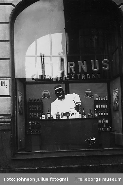 Asks kemikalieaffär i januari år 1929. Man gör reklam för Saturnus.