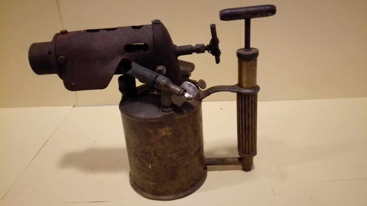 Blåselampa er eit apparat som gjennom eit munnstykke gir ein konsentrert og heit flamme. Lampa har ein sylinderforma beholdar,  med eit pistolforma munnstykke på toppen. Bak munnstykket er det montert ein reguleringsskrue. Handtaket på reguleringsskrua ser ikkje ut til vera originalt. På beholdaren er også montert ei luftpumpe for å få trykk i beholdaren. Denne fungerer også som handtak. Lampa vert fyrt med parafin.