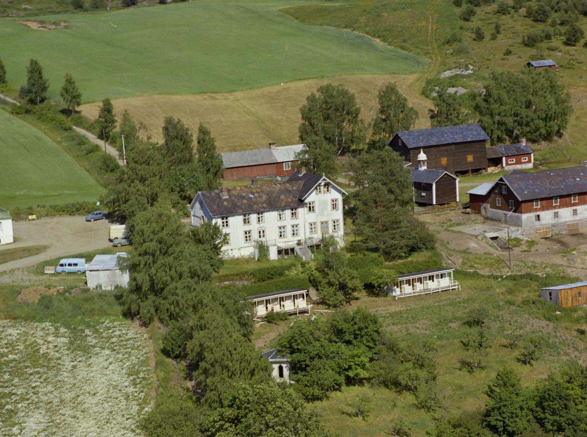 Sør-Fron, Hundorp, Midtbygda. Sofienberg (badesanatorium) var en husmannsplass under Grov. Nybygget kom til venstre. Bakken i høyre bildekant. Bygninger, kulturlandskap.