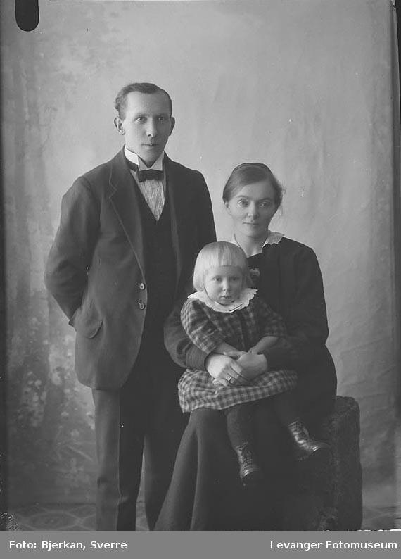 Gruppebilde av mann,kvinne og et barn. mannens navn er Nils Alfnes