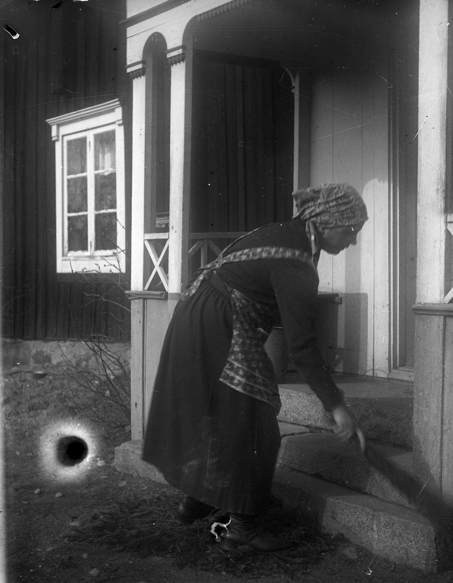 """""""Tora Alinder Sevasta sopar trappan"""", Altuna socken, Uppland 1928"""