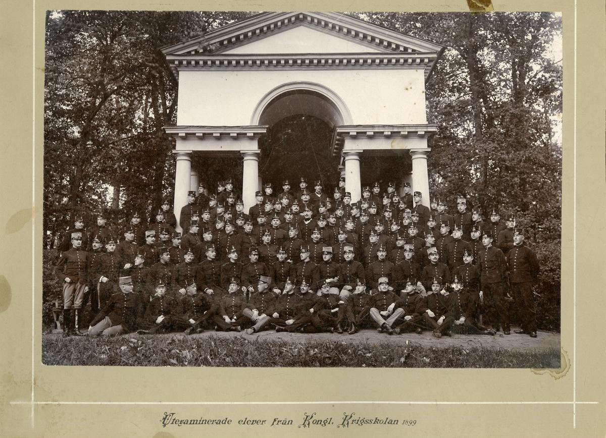 Grupporträtt av utexaminerade elever från krigsskolan 1899.
