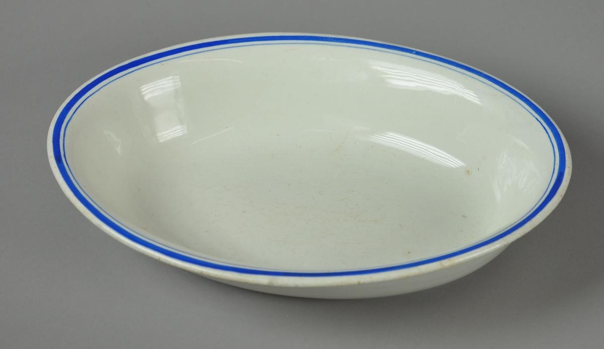 Ovalt fat av glassert keramikk med påmalte striper ved kanten.